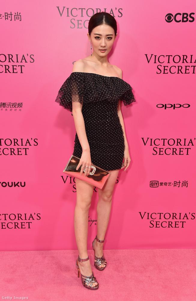 Itt egy hasonló vállvillantós mini a 22 éves kínai színésznőn, Xu Lun