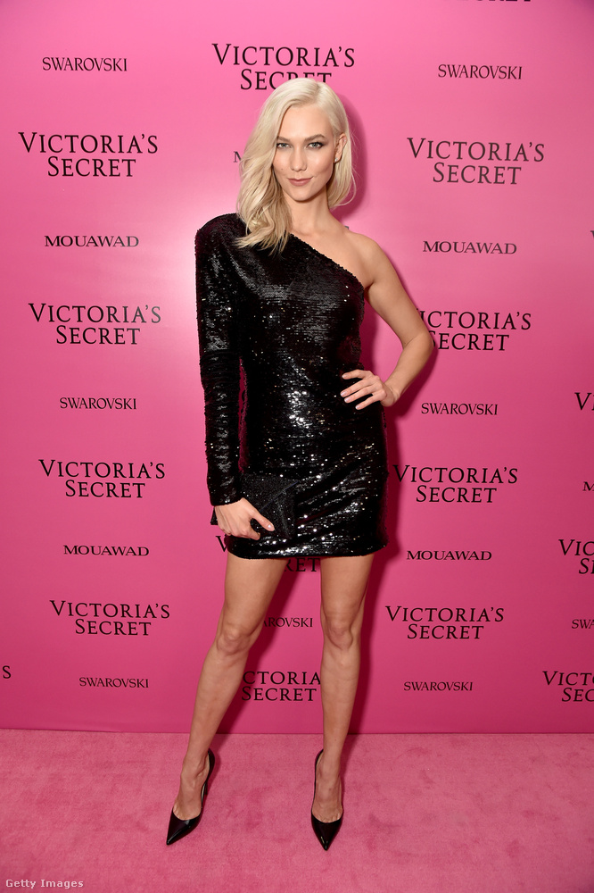 Puffos ujjú félvállas Karlie Kloss modellen a Victoria's Secret egyik afterbuliján.