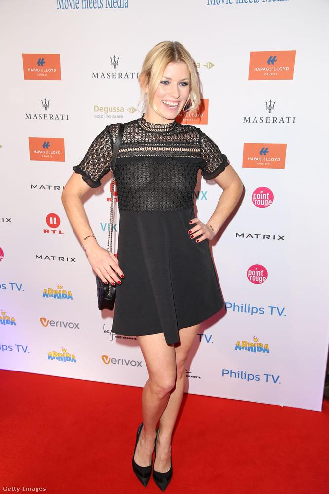 Rövidujjas kis fekete ruha Annica Hansen műsorvezetőn Hamburgban.