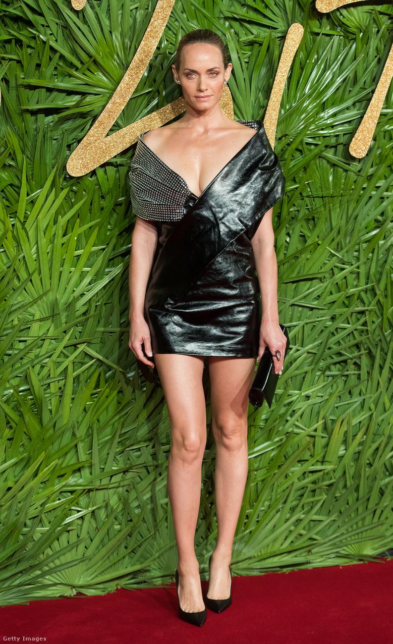 Ezüsttel kombinált Saint Laurent bőrmini Amber Vallettán a londoni Fashion Awardson.