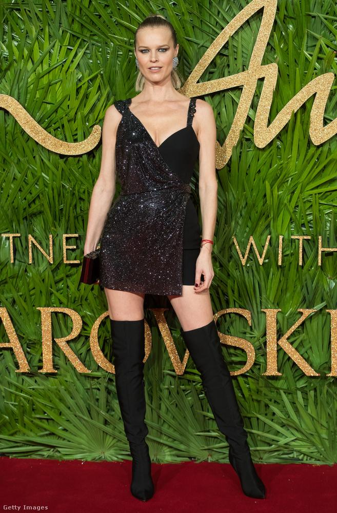 Fekete Versace ruha és combcsizma a veterán modellen, Eva Herzigován Londonban.