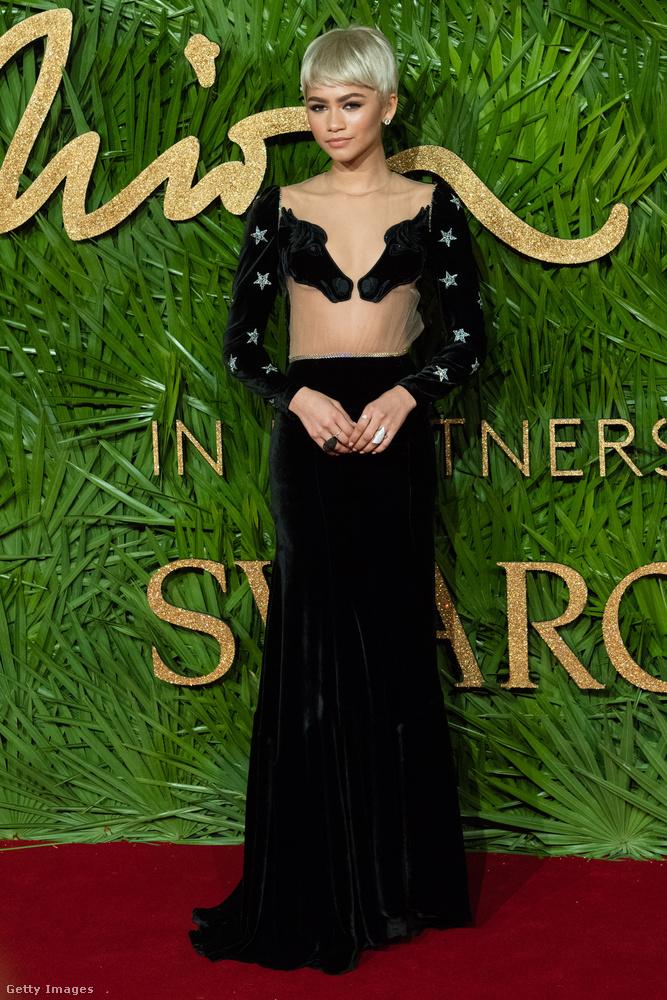 Nagy kedvencünk volt ez a földig érő Vivetta ruha, amit Zendaya viselt a londoni Fashion Awardson.