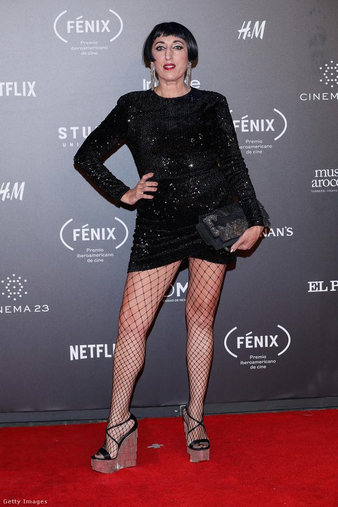Neccharisnyával kombinált fekete ruha Rossy de Palmán egy mexikói filmfesztiválon.