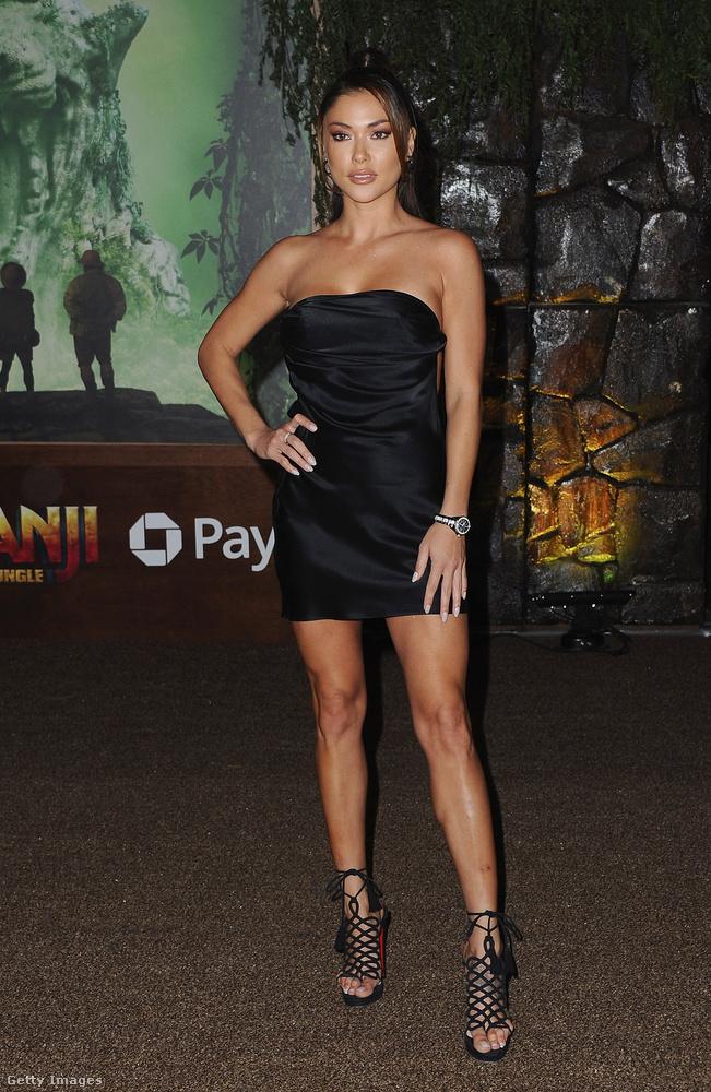 Jöjjön egy szatén mini, Arianny Celeste celebnő a Jumanji - Vár a dzsungel Los Angeles-i premierjén pózolt ebben a Drem Clothing által tervezett darabban.