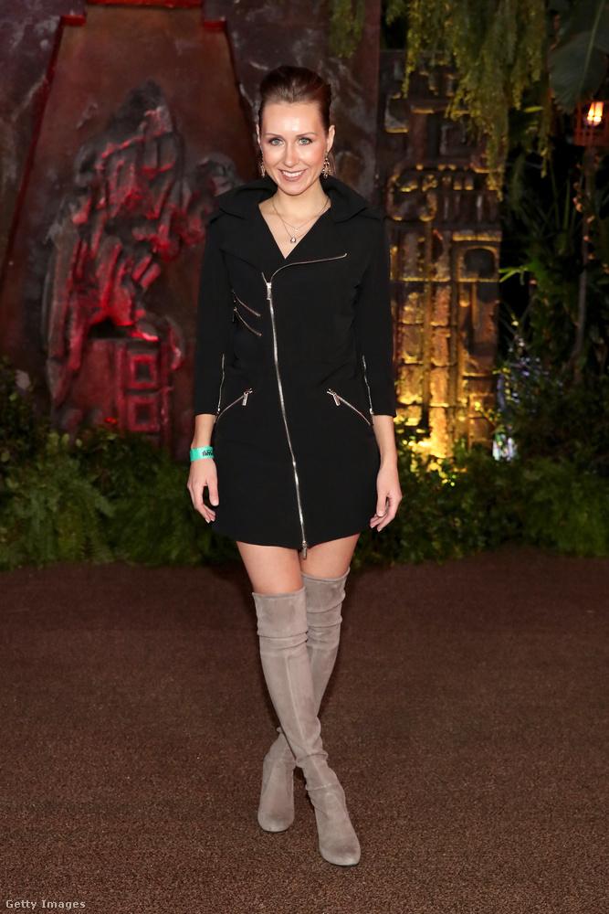 Combcsizma és cipzáras kabátruha Diana Markson Los Angelesben.