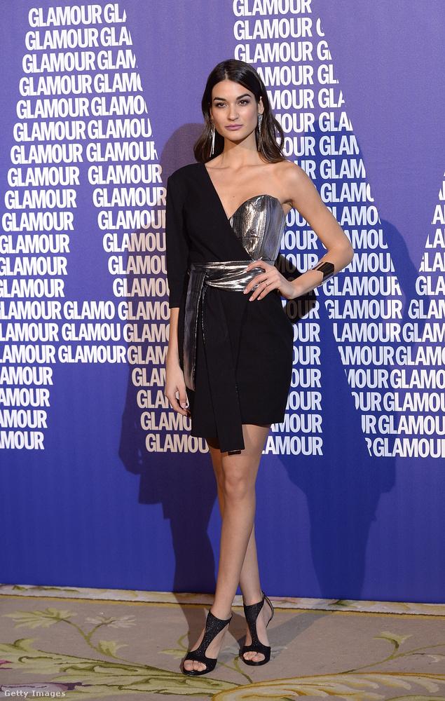 Ezüsttel kombinált átlapolós BDBA ruha Estela Grandén a madridi Glamour Magazine Awardson.