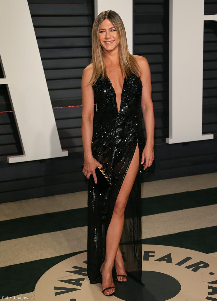 Jennifer Aniston inkább a Versace-nél vásárolt be a Vanity Fair idei bulijára.