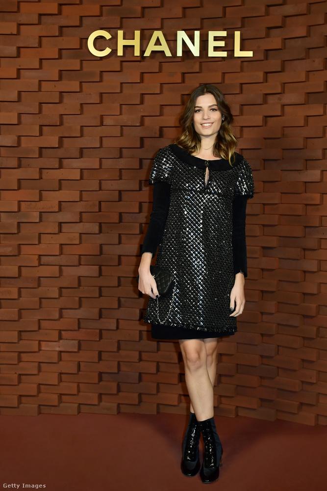 Csillogó fekete Chanel ruha Alma Jodorowsky színésznőn Hamburgban.