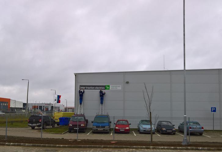 Épül a Patyomkin falu. Az ITK táblát a bemutató előtti percekben cserélték ITE táblára