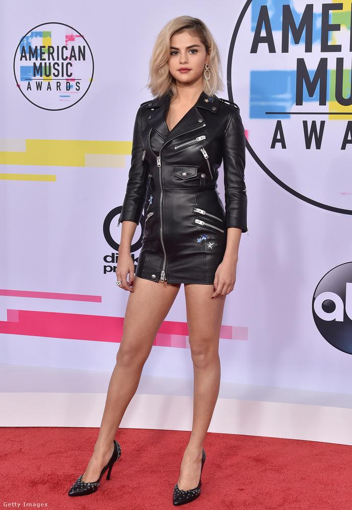 A kiszőkült Selena Gomez motoros dzsekinek látszó miniruhában érkezett az idei American Music Awardsra.