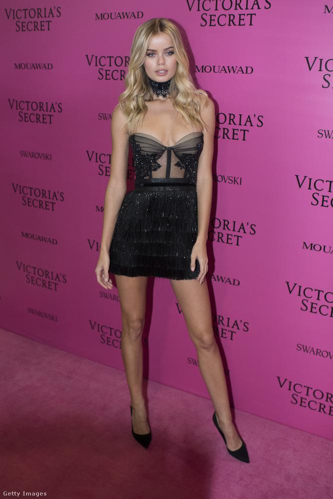 Fehérneműnek látszó kis fekete ruha Frisa Aasenen a sanghaji Victoria's Secret partin.