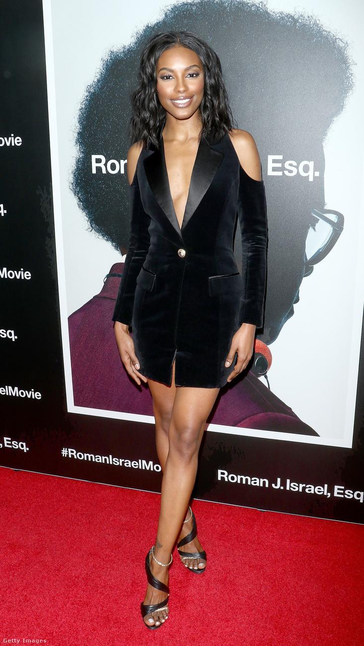 Vállvillantós zakóruha az angolai származású modellen, Sharam Dinizen New Yorkban.