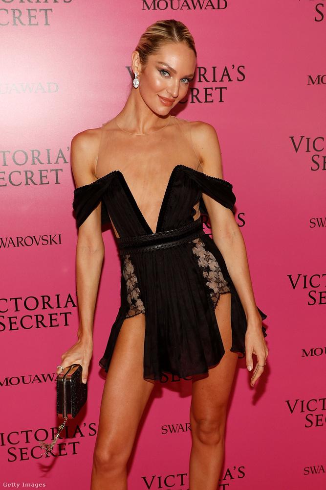 Falatnyi kis fekete ruha Candice Swanepoel modellen a Victoria's Secret sanghaji buliján.