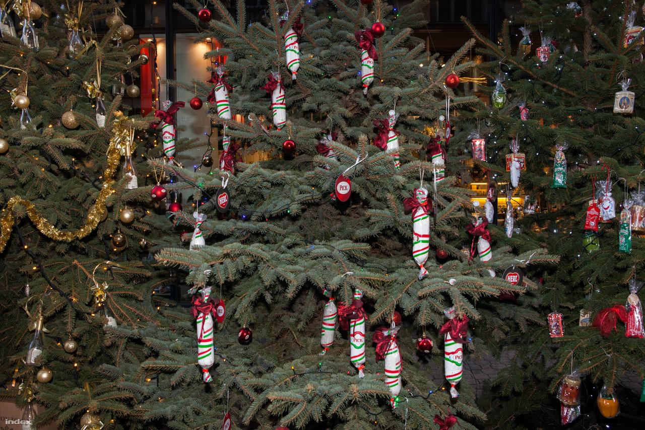 Hungarikumokkal díszített karácsonyfák a Vörösmarty térnél