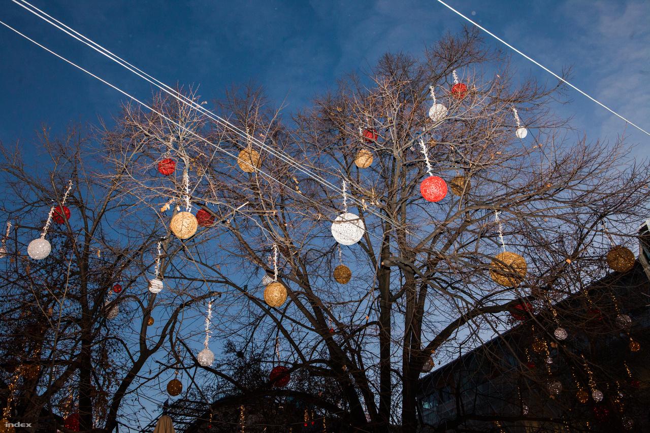 Feldíszített fák Vörösmarty téri karácsonyi vásár felett