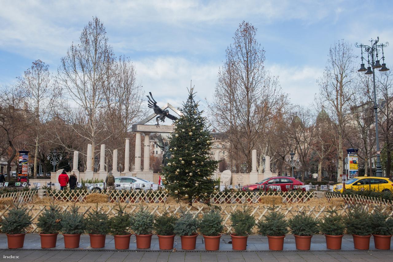 Karácsonyfa a Szabadság téren, háttérben a német megszállás áldozatainak emlékműve.