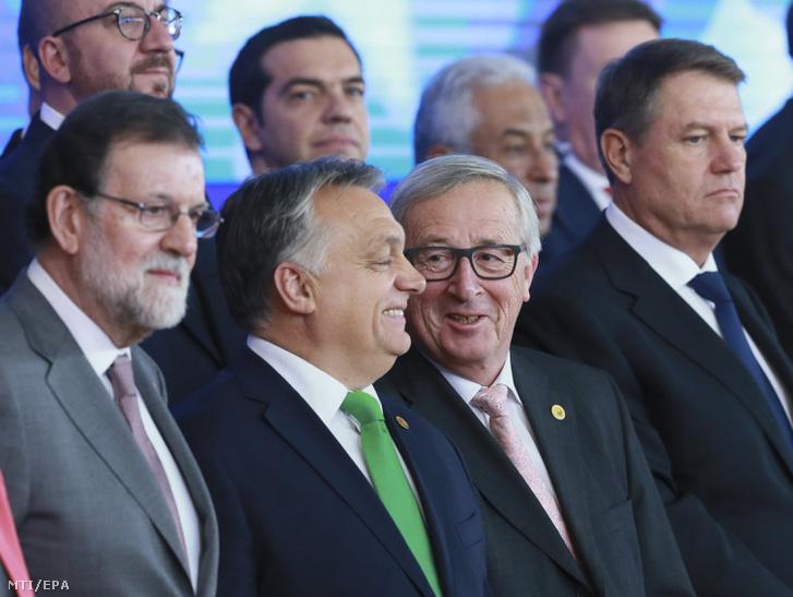 Mariano Rajoy spanyol kormányfő Orbán Viktor miniszterelnök és Jean-Claude Juncker az Európai Bizottság elnöke (első sor b-j) az Európai Tanács ülése mentén tartott állandó strukturált együttműködés (PESCO) elnevezésű védelmi megállapodás 25 tagállama vezetőinek találkozóján a brüsszeli Európa-épületben 2017. december 14-én.