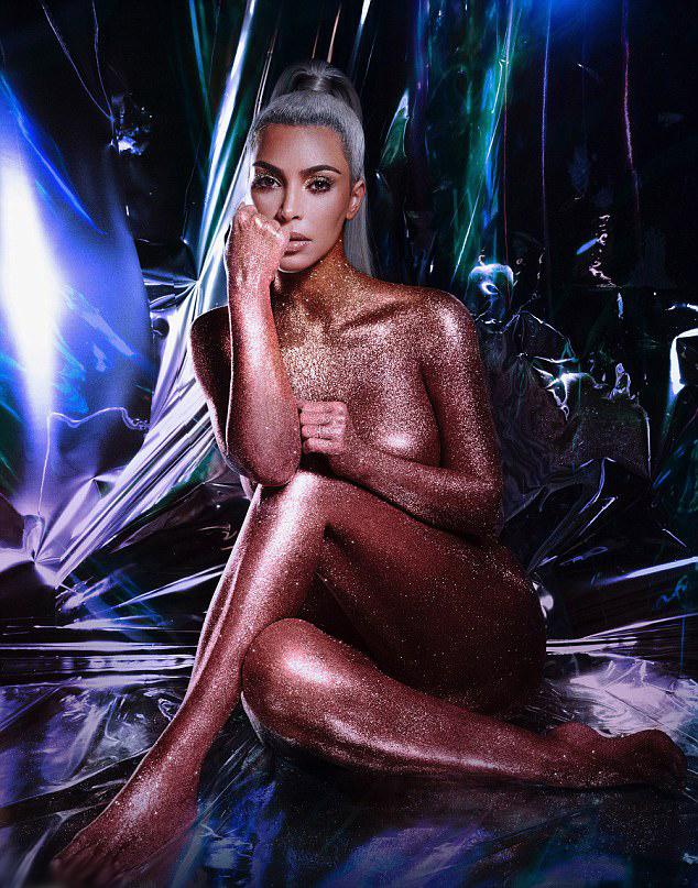 Kim Kardashian sosem volt szégyenlős. 37 évesen is bátran pózol meztelenül.