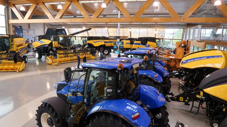 Kombájnok, traktorok és bálázók a bemutatóteremben