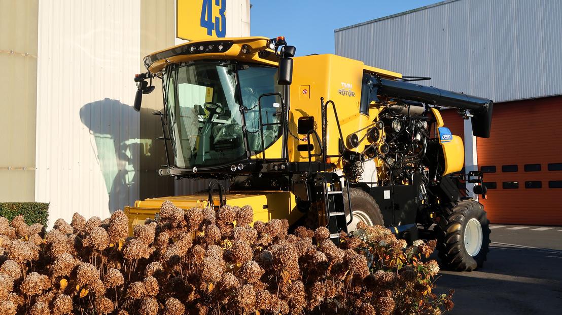 Beállított aratási jelenetben pompázik a gyárudvaron egy demó-kombájn