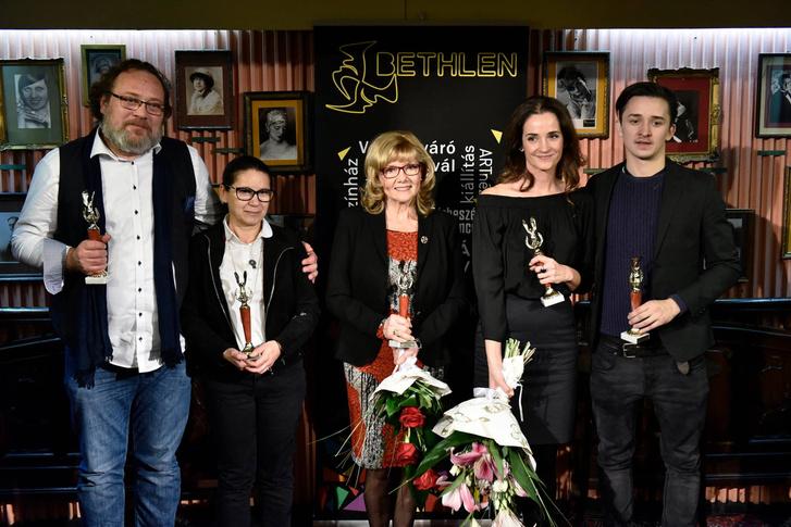 Schneider Zoltán, Enyedi Ildikó, Piros Ildikó, Huszárik Kata és ifj. Vidnyánszky Attila az Arany Medál-díj átvételekor