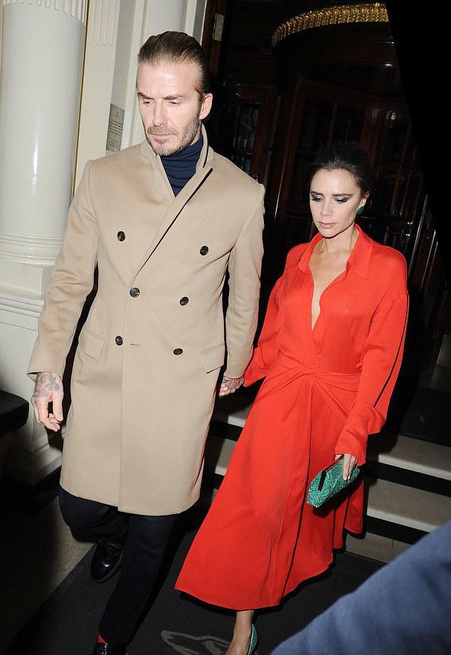 Victoria Beckham így távozott férje, David Beckham oldalán a Vogue bulijáról.