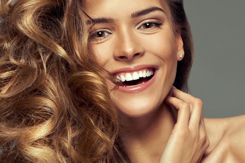 Tökéletes frizura körkefe nélkül: dús és fényes lesz így a haj