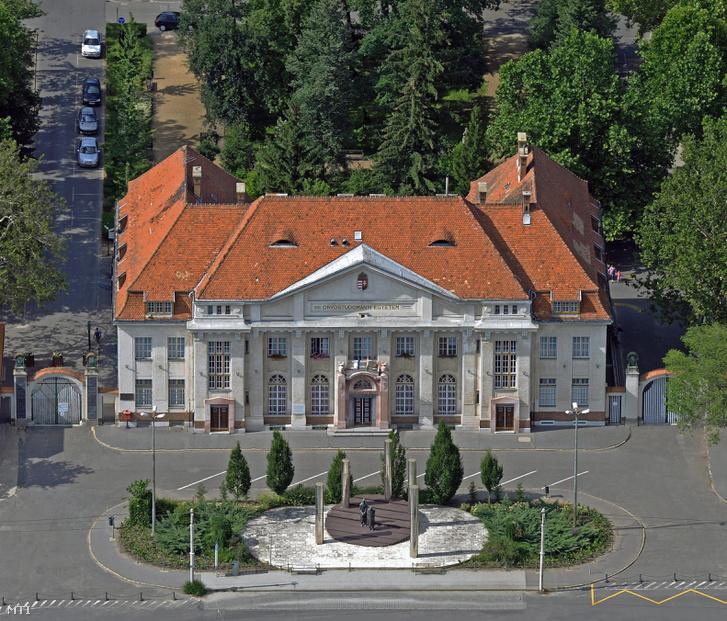 A Debreceni Egyetem Orvos- és Egészségtudományi Centrum Centrumelnöki Hivatalának épülete