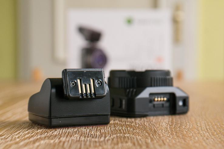 Navitel R600: a talp és a kamera érintkezői