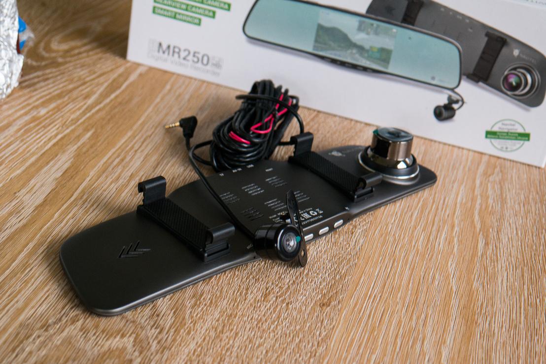 Navitel MR250: a tükörkamera és a hozzá tartozó tolatókamera, amit vezetékkel kell a központi egységhez kapcsolni