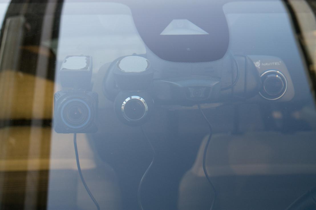 Itt látszik, hogy a tükörkamera objektívje nemigen tud érvényesülni, ha az autó belső tükre túl széles