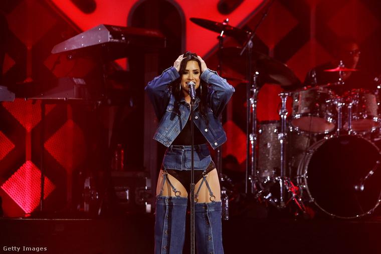 Demi Lovato foghatja a fejét, hogy ezt hogyan fogja tudni überelni az ünnepekig hátralevő pár napban, főleg idén, amikor az obszcénba hajló karácsonyos szettek ennyire népszerűek