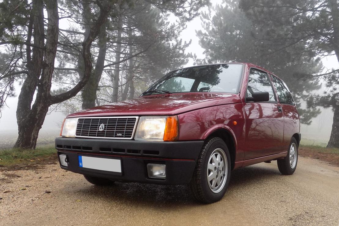 A Turbonak nagyobb a lökhárítója, és a piros csík is árulkodó