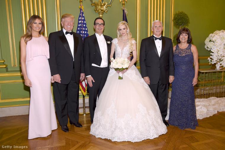 Púderrózsaszín J.Mendel ruhában vett részt egy washingtoni esküvőn.