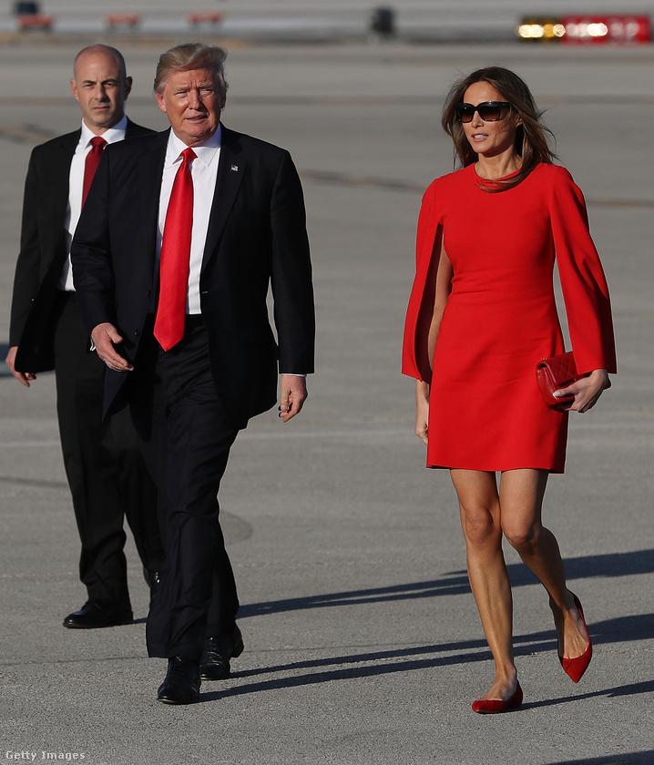 Piros Givenchy miniruha és lapos talpú Christian Louboutin cipő Palm Beachen.