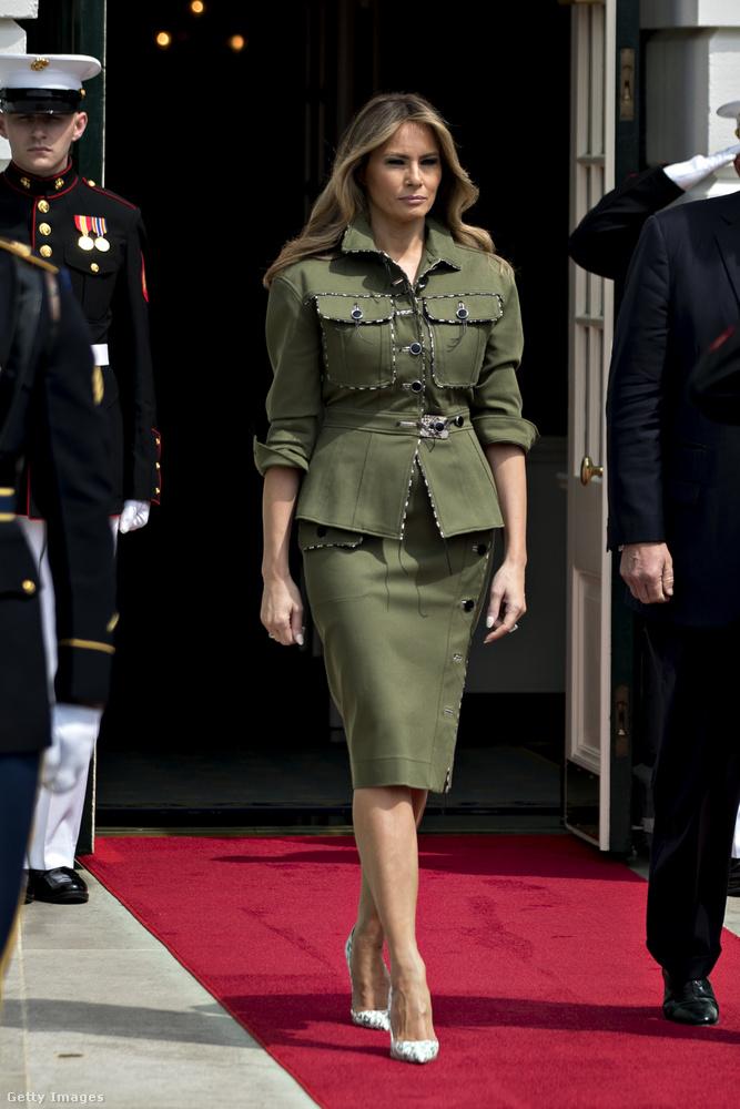 Ebben a katonai egyenruhára emlékeztető Michael Kors kosztümben fogadta az argentín elnököt és nejét áprilisban.