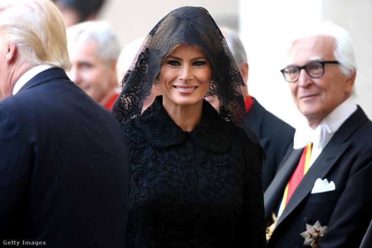 Dolce & Gabbana csipkekabátban és hozzá illő fejkendőben találkozott a pápával.