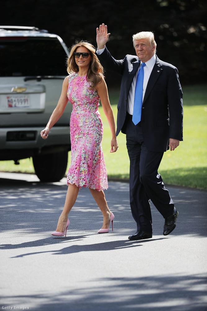Ebben a rózsaszín Monique Lhuillier csipkeruhában és Christian Louboutin cipőben kísérte el férjét 2017 júliusában.