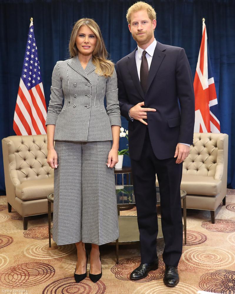 Harry herceggel is nadrágkosztümben találkozott, bár ennek a nadrágrésze egy bővebb és rövidebb fazon volt.