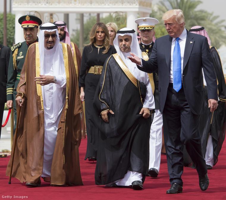 Arany övvel átfogott Stella McCartney kezeslábas Szaúd-Arábiában.A látványos övet a Saint Laurent tervezte és 697 dollárba, kb