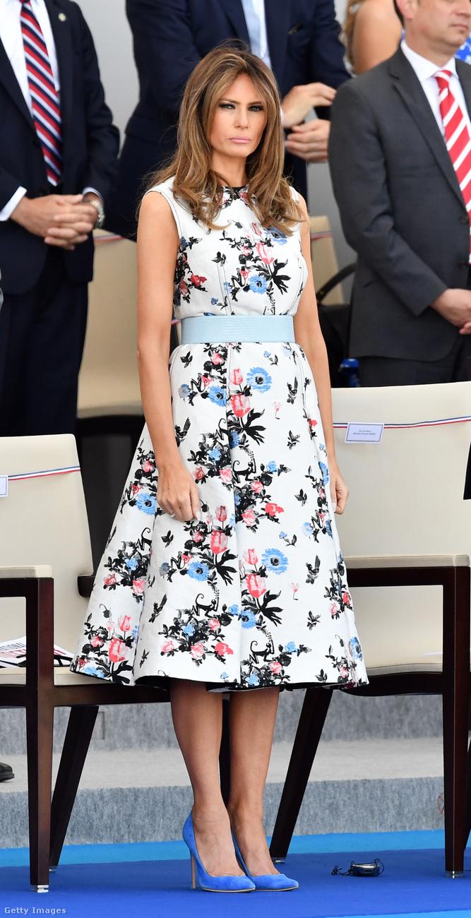 Virágos Valentino ruha  és hozzá illő kék körömcipő a párizsi Bastelle Day-en.