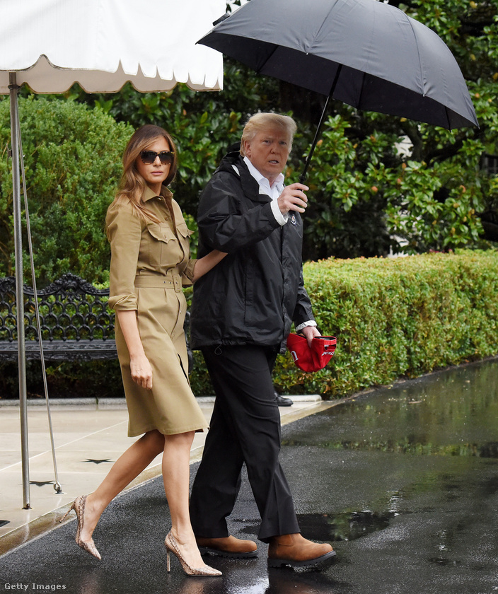 A divatszakemberek szerint a protokoll szerint öltözik Melania Trump.