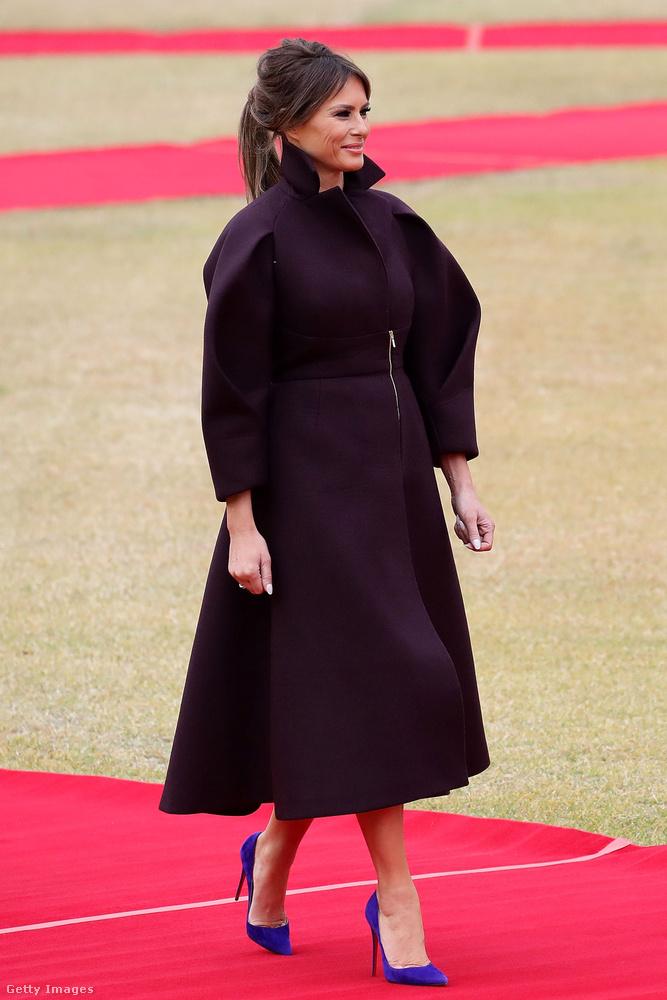 Ezüst cipzáras, puffos ujjú Delpozo kabát és  lila Louboutin körömcipő Szöulban