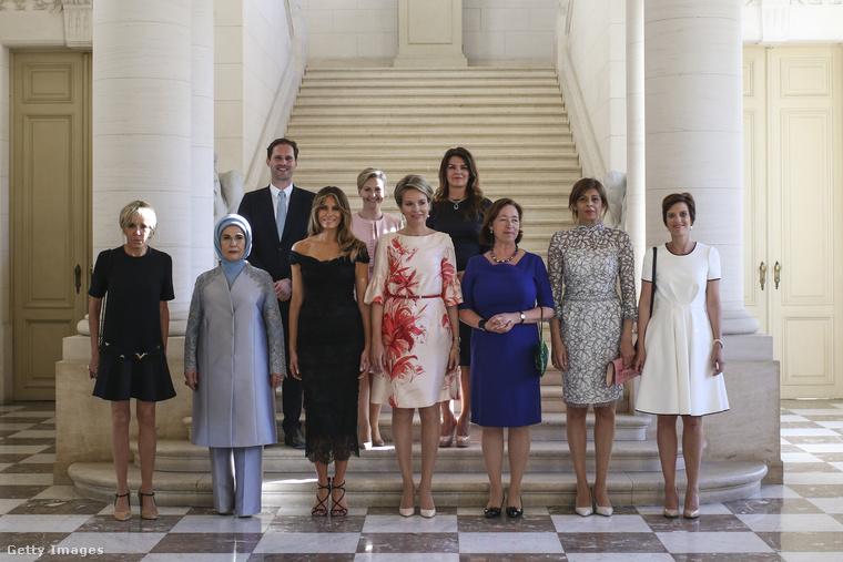 Vállvillantós fekete Dolce & Gabbana estélyi a belgiumi first lady és királynő találkozón.
