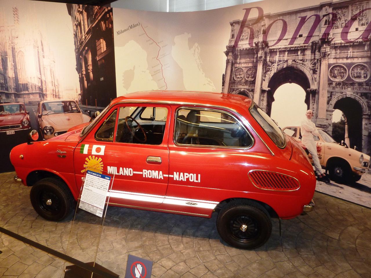 """Ez már az az 1968-as Suzuki Fronte, amellyel Stirling Moss időre végignyomta Olaszországot a Milánó-Nápoly tengely mentén, a 12442 km/h-s átlaggal bizonyítva a kei-autók életképességét. Persze ennek a Fronte SS-nek a hátul elhelyezett, léghűtéses, kétütemű, 360 köbcentis motorja már 36 lóerőt tudott - hogy örültek volna hasonlónak a trabantosok akkoriban... Hogy miért hívták ezt a minit Fronténak, ha farmotoros volt? Részben, mert a """"Fronte"""" azt jelezte, hogy a Suzuki a kei-autó-fejleszés élvonalában van, részben pedig mert elődje, a Suzulight SS30-as Fronte még tényleg elsőkerekes volt."""