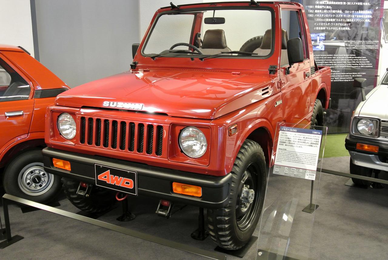 SJ30-as, azaz már a Jimny, méghozzá egy igen hosszú életet megélt sorozat, 1981-től 1998-ig gyártották. Ez egyben az utolsó japán autó, amelyben kétütemű motor szerepelt - nyomatékos kis, 660 köbcentis, 2T-blokkot csak úgy tudták elvenni az azt rajongásig szerető terepesektől, hogy 1987-ben megvonták a típusengedélyét. Egy ilyen Jimny tartja az autóval megmászott legmagasabb hegy rekordját is: a Guinness Book of World Records által bejegyzett érték 6688 méter, s két chilei, Gonzalo Bravo és Eduardo Canales állította fel 2007-ben az Ojos del Salado hegyen.