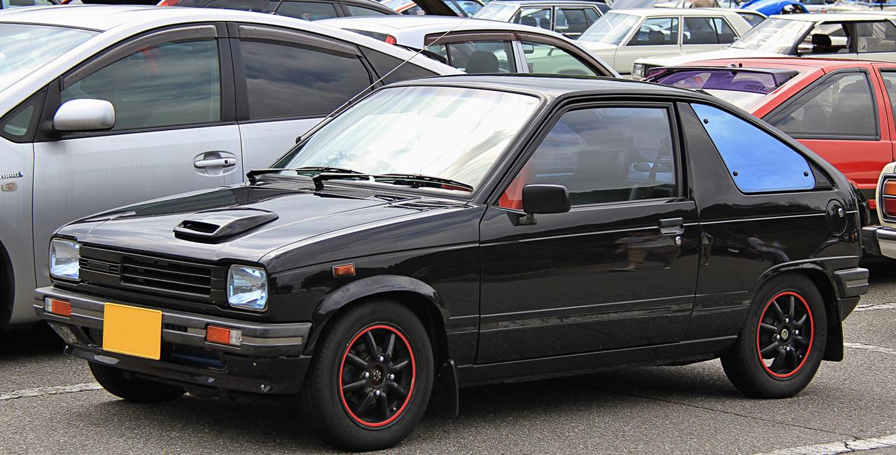 Ha valakinek ismerős a pofa: ebből, az 1982-ben bemutatott SS40-es Altóból lett anyáink és nagyanyáink Maruti Suzukija, amit itthon is árultak. Ez itt azért sokkal érdekesebb azoknál - a Cervo CT-G Turbo 40 lóerős motorral, kupé farral és ötgangos váltóval készült.