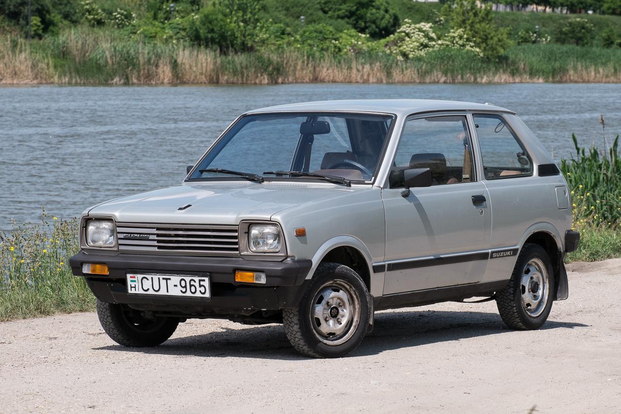 Bár az Alto név eredetileg a Fronte haszon-kivitelein jelent meg először, a Suzuki hamar ráakasztotta a kissé megnövelt méretű, nagyobb, négyütemű motorokkal szerelt exportkiviteleire, így lett az SS40-es Frontéból SS80-as Alto mifelénk. 1980-ban ez volt az első kei-autó, amelyet automataváltóval szereltek - igaz, az még csak kétfokozatú volt, tesztünket pedig a Totalcaron el is olvashatják róla.