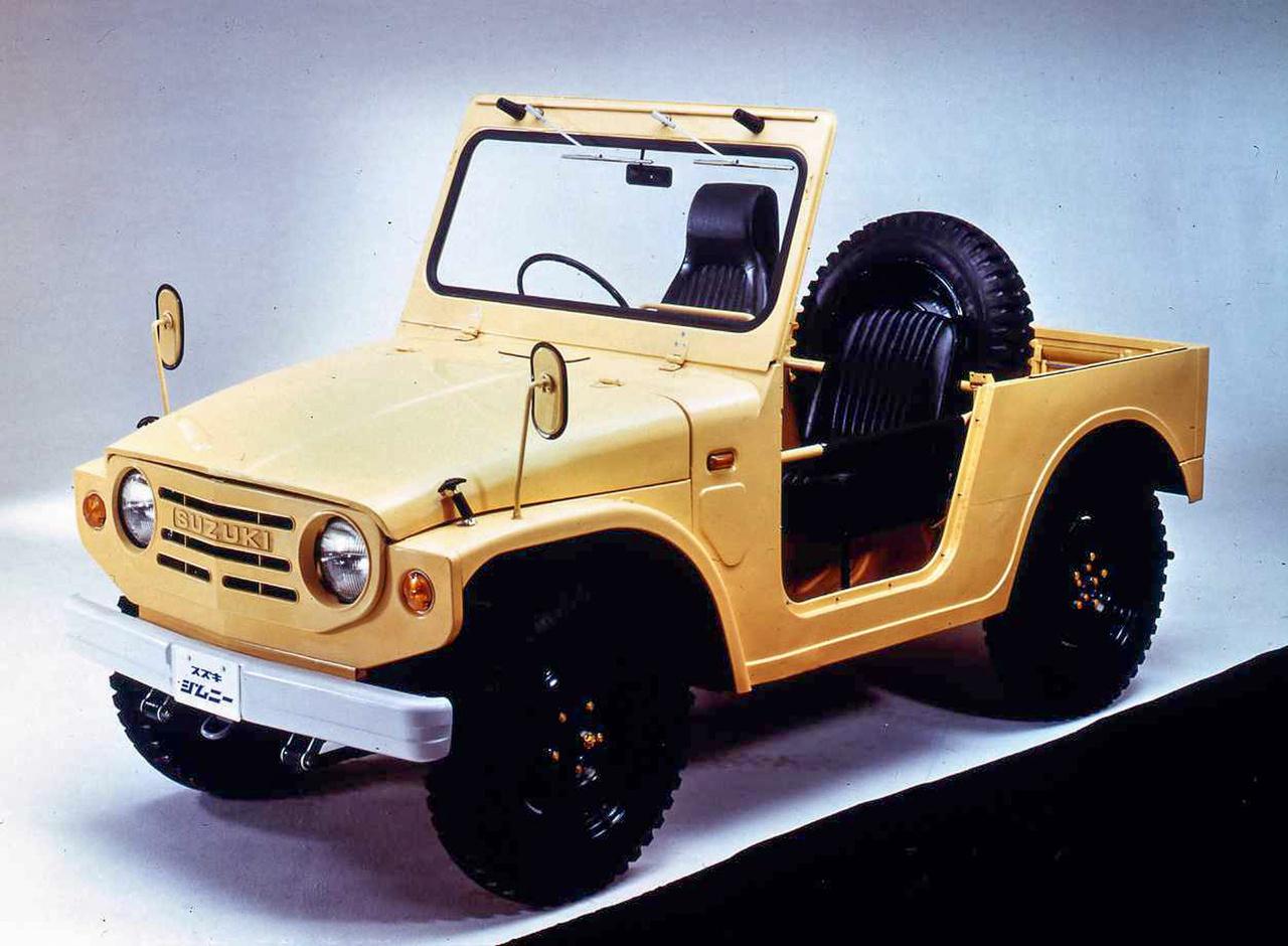 """Jimny és Vitara - e két kis (egyre crossoveresedőbb) terepjáró a Suzuki talán legjobban ismert modellje, ám az eredetijük nem is Suzuki volt. Létezett ugyanis 1968-ban egy Hope Motor Company nevű japán cég, amely Mitsubishi-hidakkal, Mitsubishi kétütemű motorokkal apró terepjárókat gyártott, ám a bizakodó név ellenére hamar tönkrement, s a Suzuki megvásárolta. Azokból a Hope-okból lettek az első LJ10-esek 1970-ben, igaz, már a jóval erősebb Suzuki kétütemű blokk hajtotta őket. Itt is még 16""""-osak a kerekek!"""