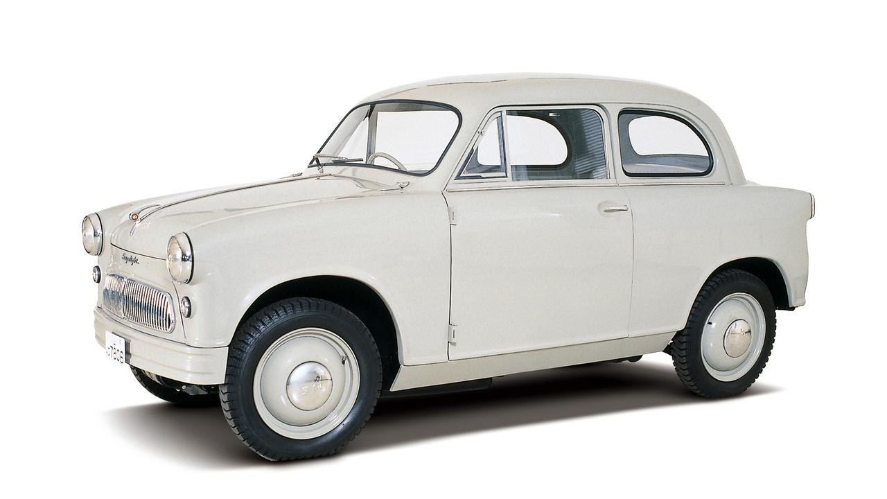 1955-ben jelent meg a Suzuki első kei-autója. Formájával, méretével, megoldásaival nyíltan a német Lloyd 400 törpeautót másolta, de míg ott a keresztben álló 386 köbcentis motor 13, itt a 360 köbcentis kétütemű a Suzulight nevű törpén már 16-ról kezdte, és hamar felment 21-re.. Eleinte négy üléssel és körben kettős keresztlengőkaros, tekercsrugós futóművel készült, aztán a szörnyű utak miatt feladták, az eredeti SF-et követő SS-széria laprugós lett. Akkortól furgonként, két üléssel árulták, mert a személyautókra időközben 15 százalékos adót vezetett be a japán kormány. A hátsó ülést mindenki otthon beszerelhette. Furcsa a szemnek a 16 collos kerék - azért használt ilyet a Suzuki, mert másfélét akkor nem gyártott a japán ipar.